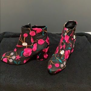 Amazing ankle boots !! Embroidered flowers 🌸
